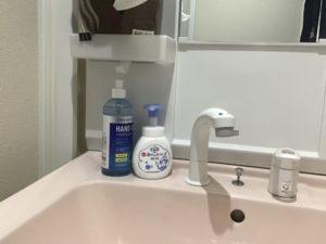洗面台にもハンドソープとアルコールを設置